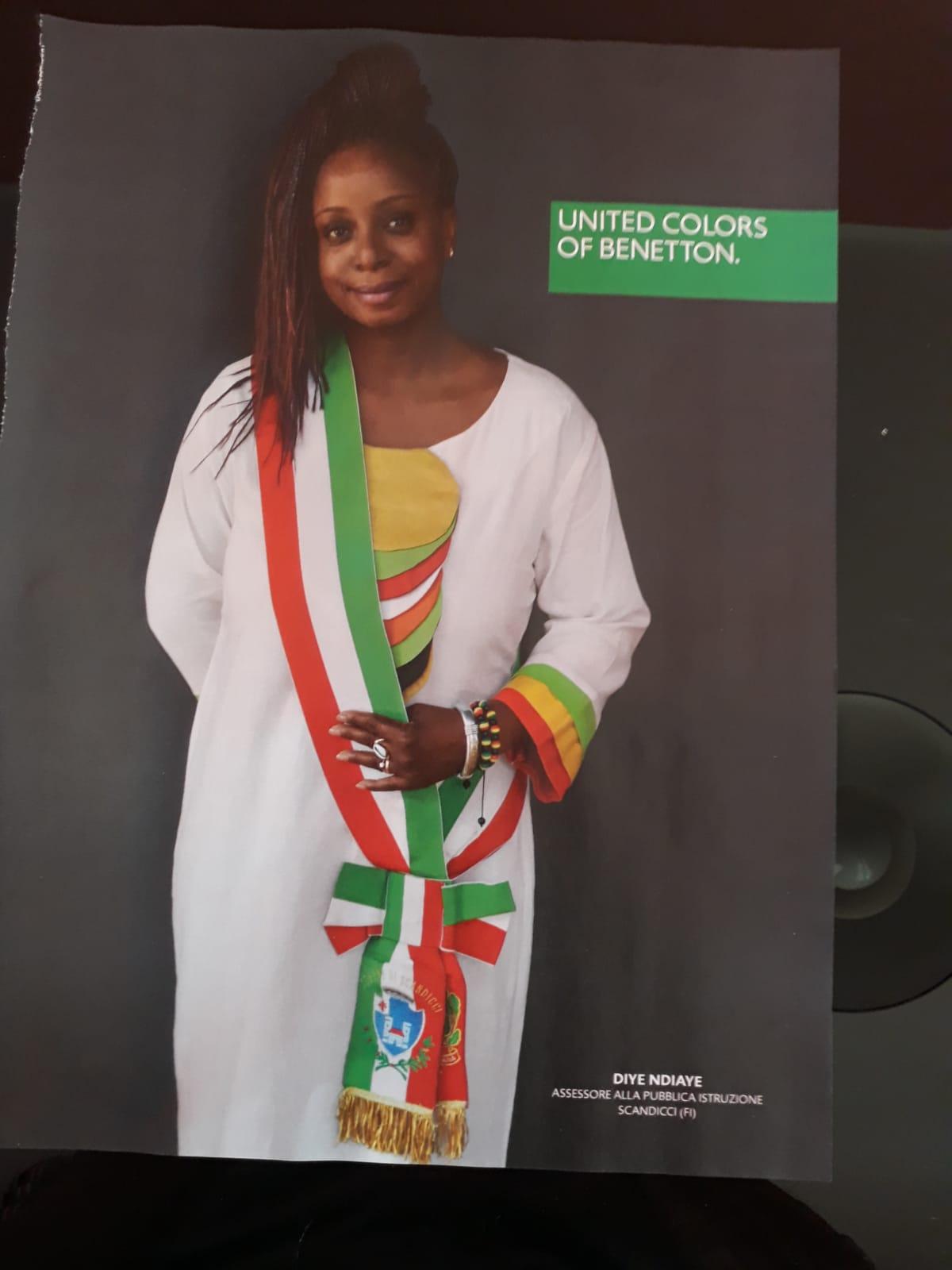 Assessore Pd posa con la fascia tricolore per uno spot di Benetton