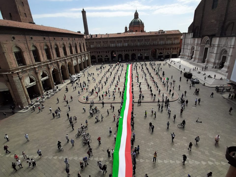 2 giugno: manifestazione di fratelli d'italia con centrodestra. La piazza di Bologna