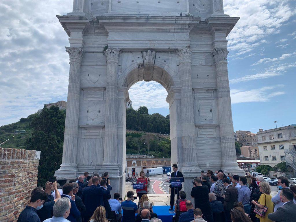 il candidato governatore delle Marche Acquaroli con Meloni sotto l'Arco di Traiano